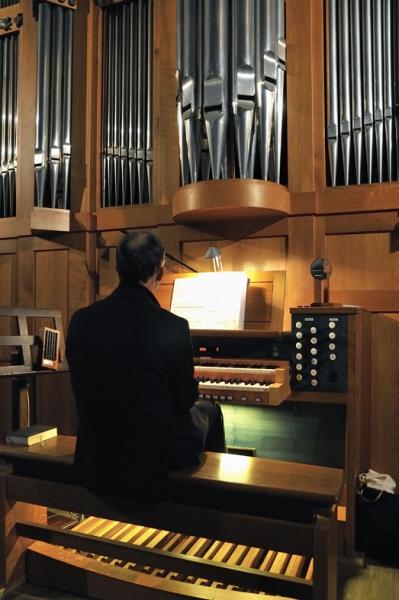 DSC6669_1_Dr. Hofmann an der Orgel