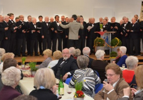 Ein Ständchen zum Geburtstag: Der Männergesangverein Geistingen feiert sein 140-jähriges Bestehen mit starken Stimmen. Foto: Arndt