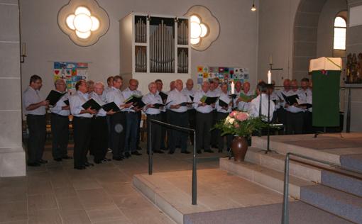 Der Chor singt in der Kirche