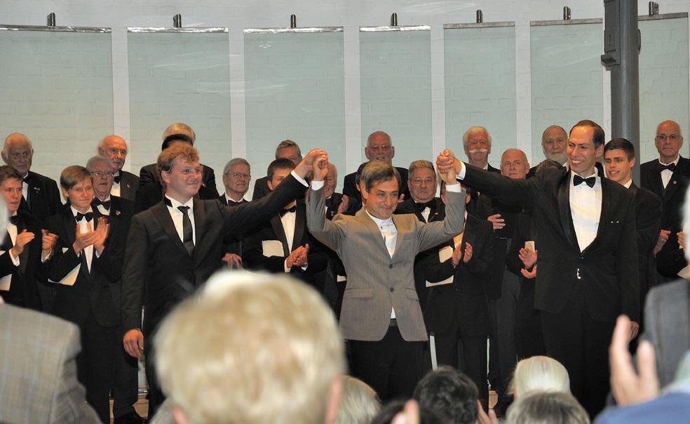 Foto Beide Chöre mit ihren Dirigenten