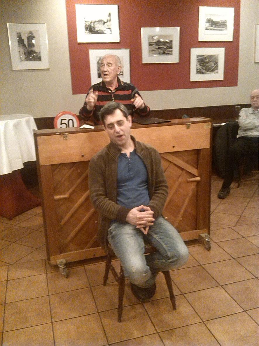 Pavel Brochin vor Klavier