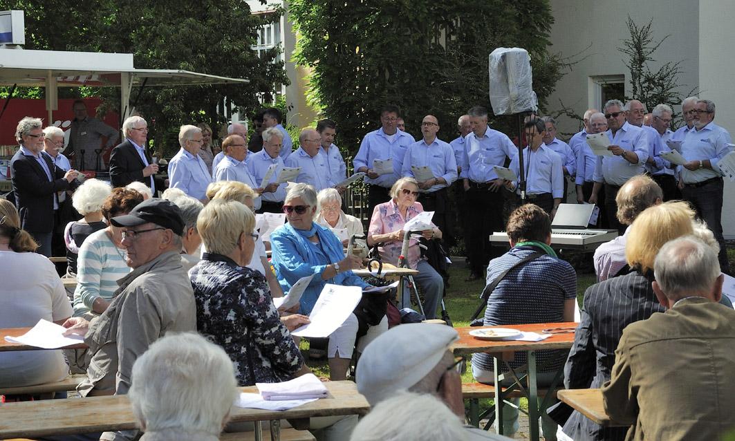 Chor und Publikum singen gemensam