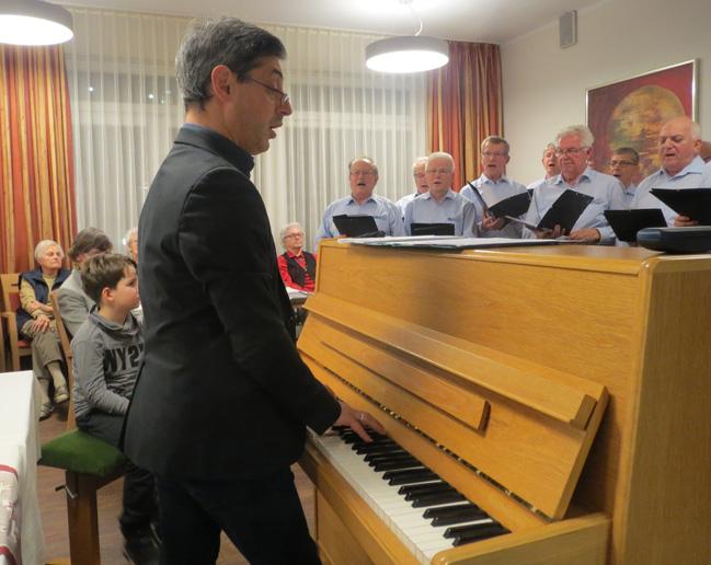Chorleiter Brochin am Klavier