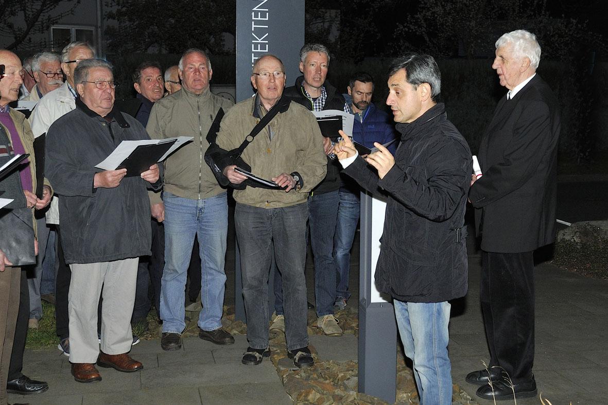 Chorleiter dirigiert für Monsignore Opheys