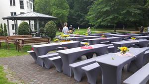 Tische und Bänke im Kurpark