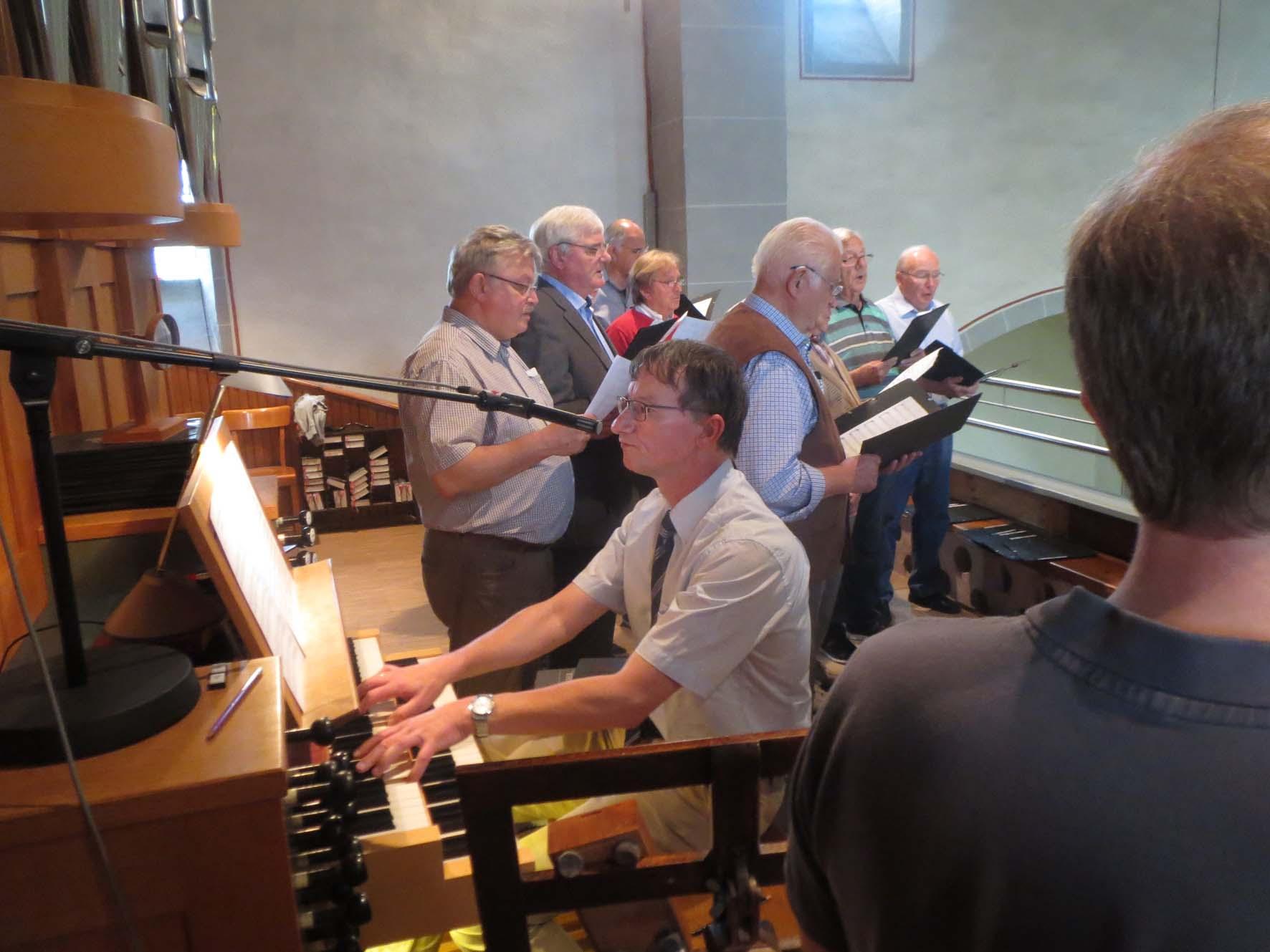 Dr. Hofmann an der Orgel
