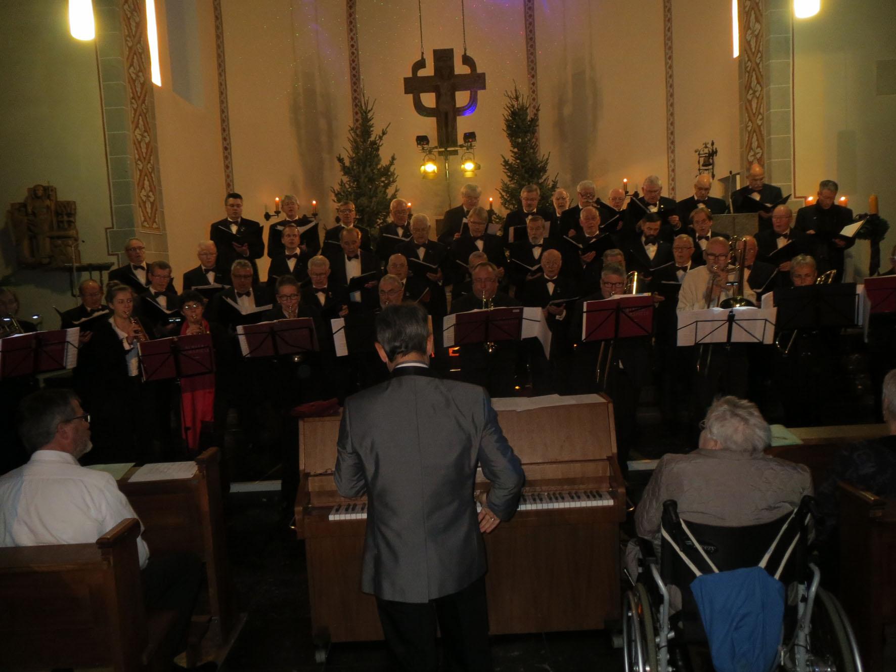 Chor und Blasorchester in Kirche St. Michael