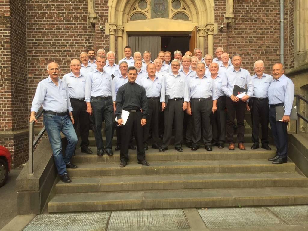 Männerchor vor der Klosterkirche