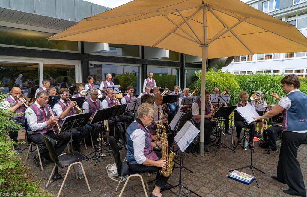 Caroline Neußer dirigiert das Blasorchester