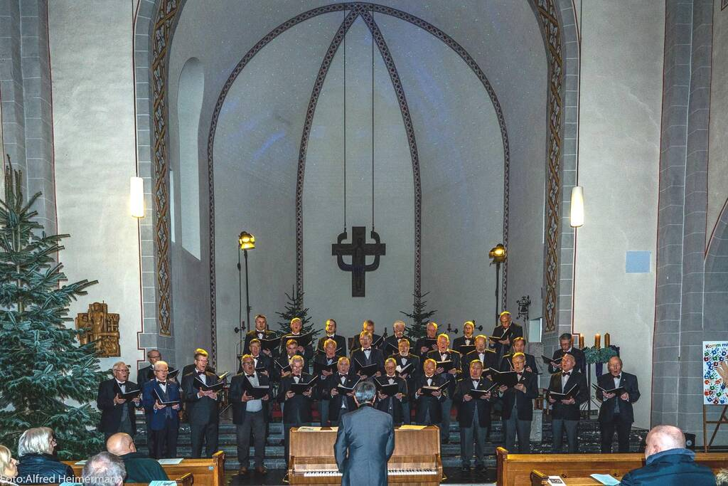 Männerchor Geistingen vor dem Altarraum