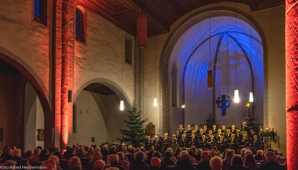 Auditorium und Männerchor in der Kirche