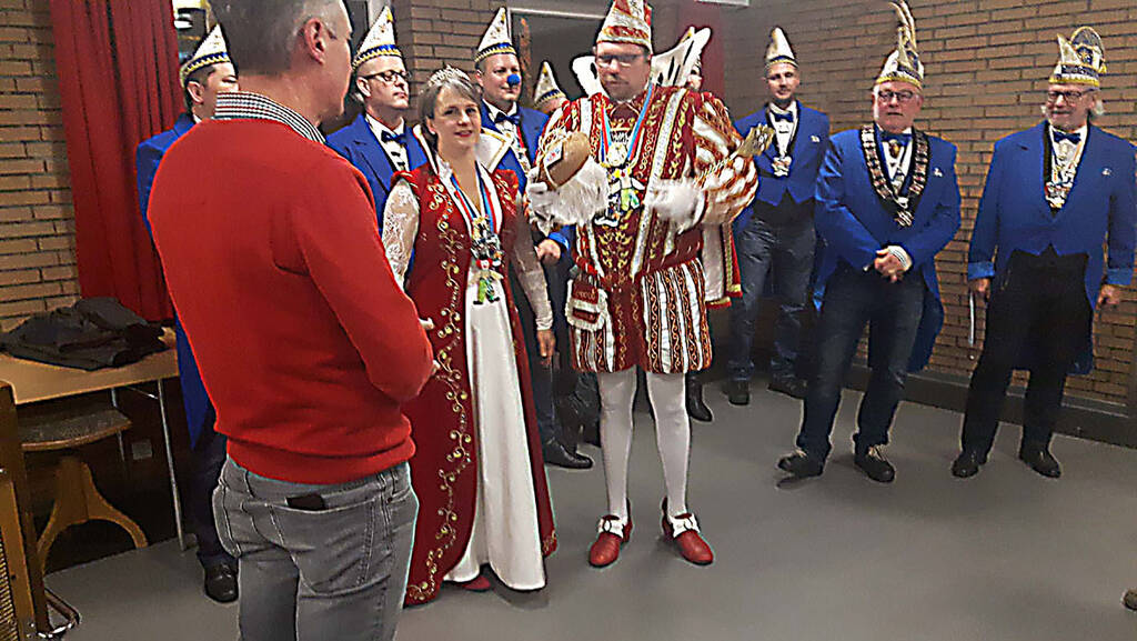 Prinz Bernd II schenkt das Prinzenbrot